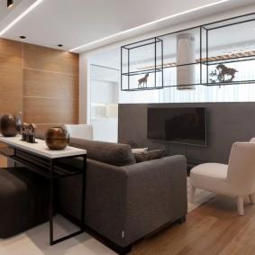 Телевизионная зона в гостиной с большими окнами