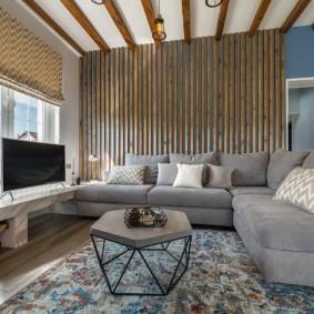 Декор рейками акцентной стены в комнате