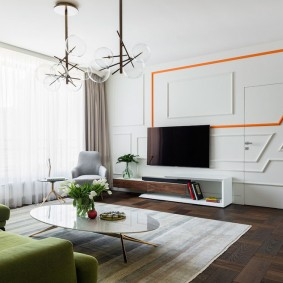 Декор стены гостиной в неоклассическом стиле