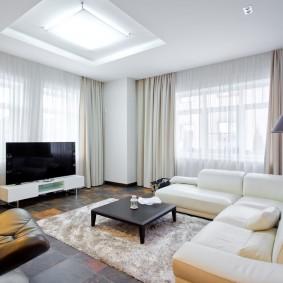 Широкий телевизор в угловой гостиной