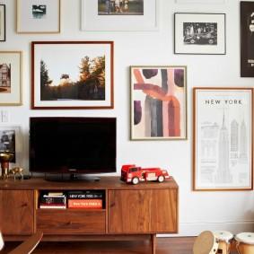 Декор картинами стены с телевизором