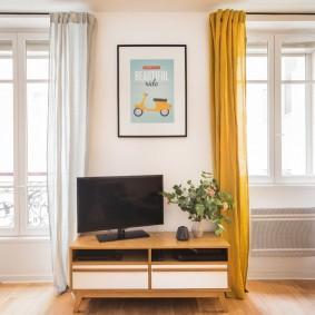 Желтая штора на окне в гостиной комнате