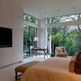 Спальная комната с большими окнами