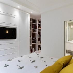 Маленький телевизор в белой спальне