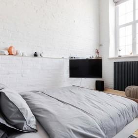 Кирпичная отделка стены в маленькой спальне