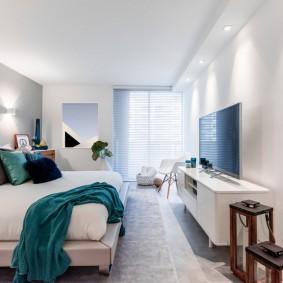 Освещение современной спальни с телевизором на стене