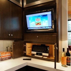 Маленький телевизор в кухонном гарнитуре