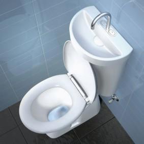 Светло-голубая плитка на стене в туалете