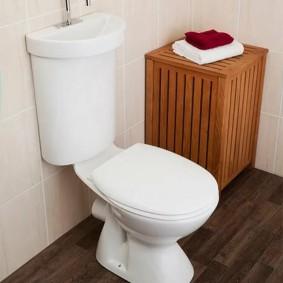 Деревянная тумбочка в углу туалета