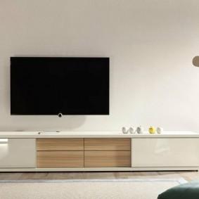 Черный телевизор на стене в гостиной комнате