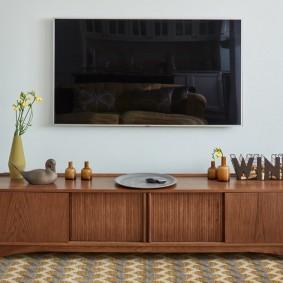 Ретро тумба в гостиной с телевизором