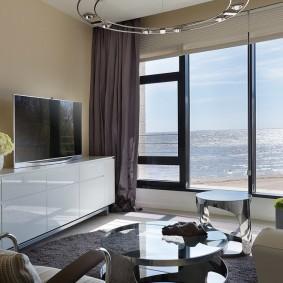Панорамное окно в гостиной комнате