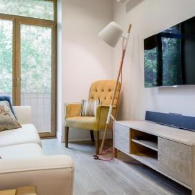 Мягкое кресло в углу возле балконной двери