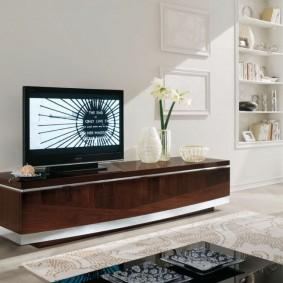 Орхидея в вазе на телевизионной тумбе