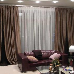 Коричневые портьеры в гостиной комнате