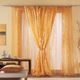 Яркие шторы в гостиной современного стиля