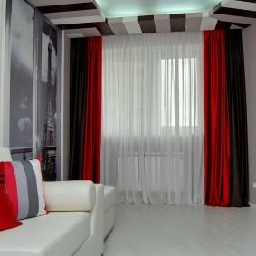 Красные шторы в небольшой гостиной