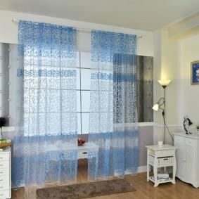 Голубой тюль на окне в гостиной комнате