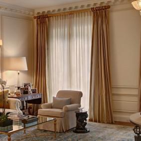 Прямые шторы в классической гостиной