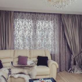 Сиреневый тюль в гостиной с диваном