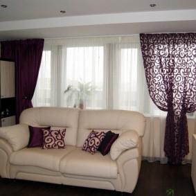 Раскладной диван с обивкой светлого цвета