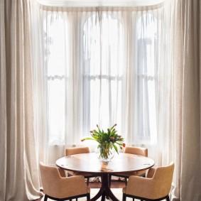 Модные шторы на окне в гостиной