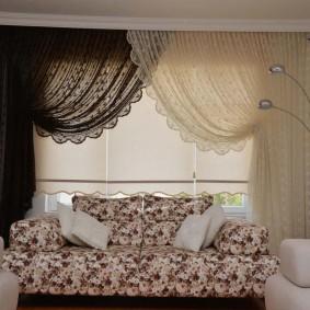Контрастное оформление тюлем окна в гостиной