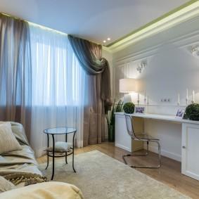 Письменный стол в комнате с диваном