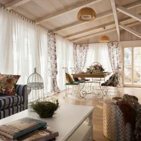 Деревянный потолок в гостиной загородного дома