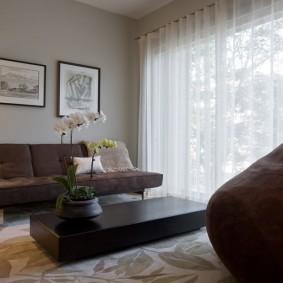 Коричневый диван без подлокотников в гостиной