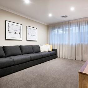 Длинный диван во всю стену гостиной