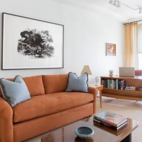 Картина над диваном с обивкой приятного цвета