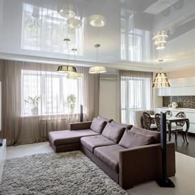 Натяжной потолок в просторной гостиной