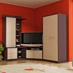 Угловая мебель на фоне красной стены гостиной