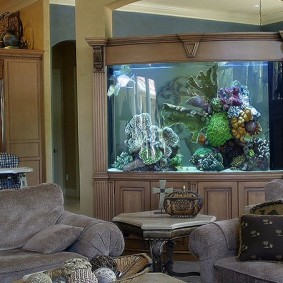 Мини-стенка с аквариумом в углу гостиной