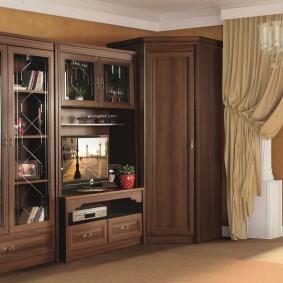 Угловой шкаф с распашными дверками