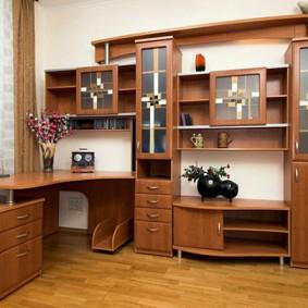 Рабочий стол в стенке угловой формы