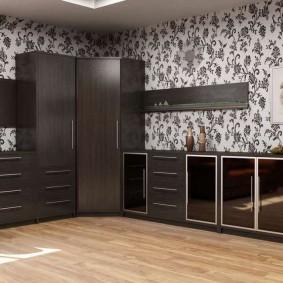Темно-коричневый шкаф в углу комнаты