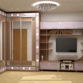 Зеркальный шкаф в углу просторного зала