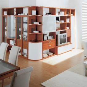 Мебельный гарнитур вдоль внешнего угла в гостиной