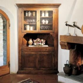 Деревянный угловой сервант в деревенском стиле