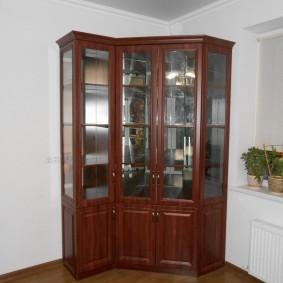 Угловой сервант со стеклянными вставками на дверцах