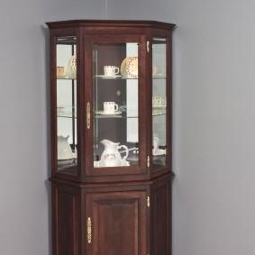 Невысокий угловой шкаф в серой гостиной