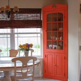 Красная витрина из крашенного дерева