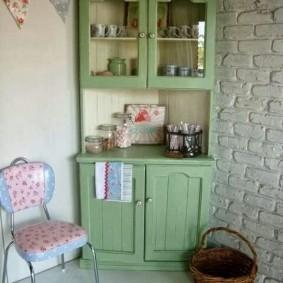 Зеленый буфет в углу кухни-гостиной