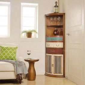 Оригинальный дизайн углового шкафа для посуды