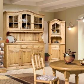 Деревянная мебель в гостиной деревенского стиля