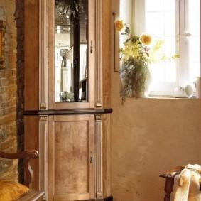 Полузакрытая витрина для посуды в гостиной