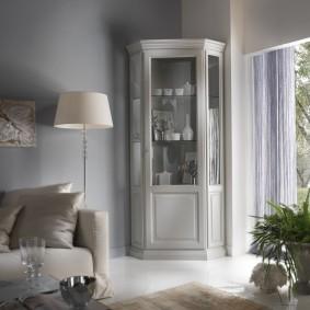 Интерьер гостиной комнаты с угловой витриной