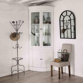 Кованная мебель в гостиной деревянного дома
